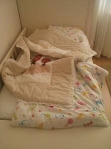 hmm en azından yorgan yatağın üstüne çıkmış. tersi de olabilirdi!
